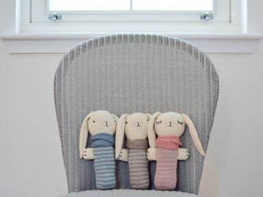 Weicher Babykuschelhase aus Baumwolle gestrickt