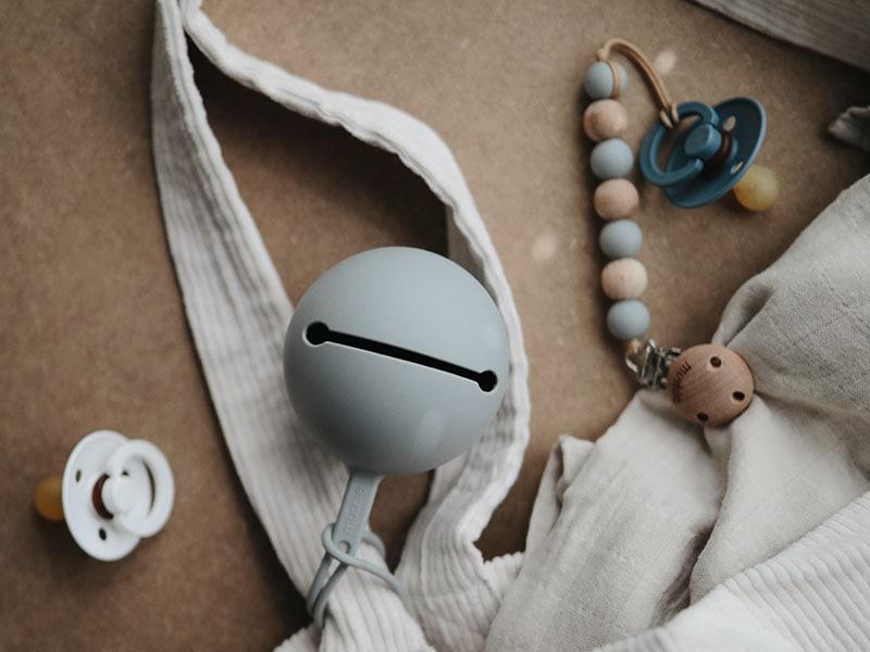 Schnullerhalter von Mushie grau